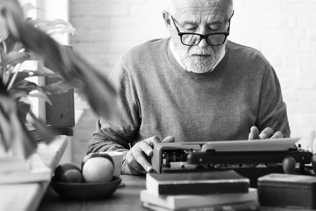 Älterer erwachsener typerwriter-konzept schreiben