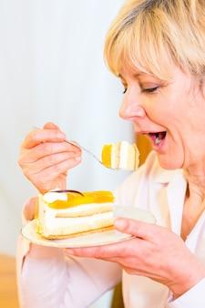 Älterer essenkuchen am nachmittag