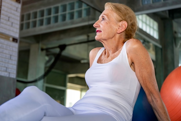 Älterer frau kaukasier lächelnd und glücklich an der eignungsturnhalle.
