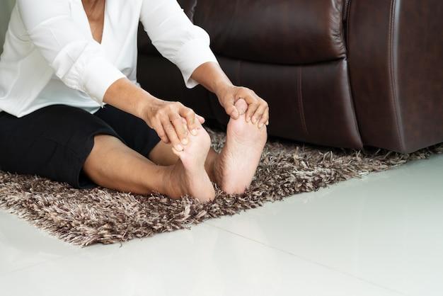 Älterer frauendruck frei auf sofa zu hause