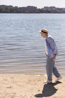 Älterer frauenreisender im sommer