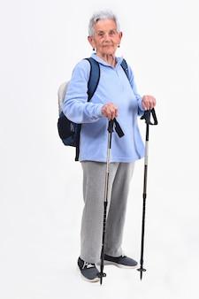 Älterer frauenwanderer auf weißem hintergrund