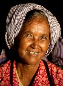 Älterer gebürtiger smilng an der kamera.