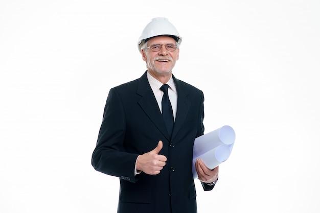Älterer geschäftsmann, bauingenieur und designer tragen einen weißen schutzhelm mit projektpapier