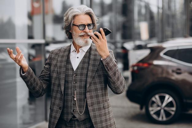 Älterer geschäftsmann, der am telefon spricht