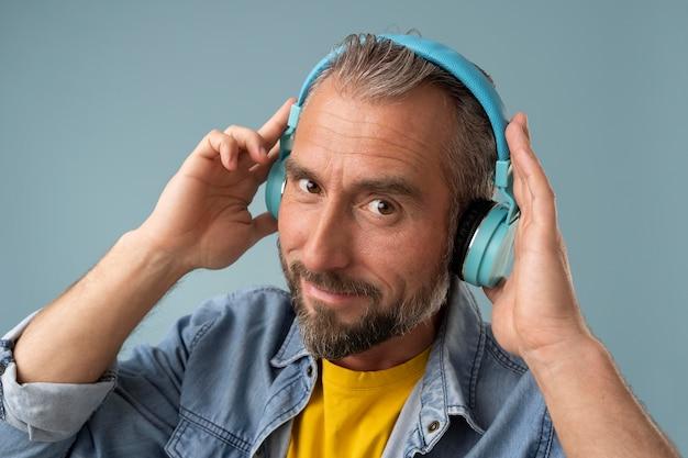 Älterer geschäftsmann, der musik hört