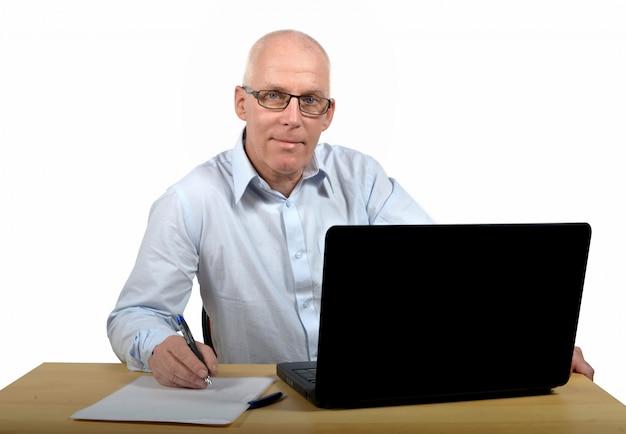 Älterer geschäftsmann im büro