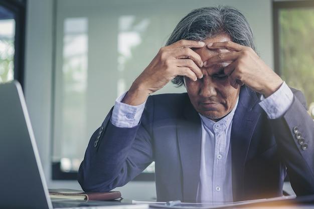 Älterer geschäftsmann wird durch geschäftsergebnisse enttäuscht