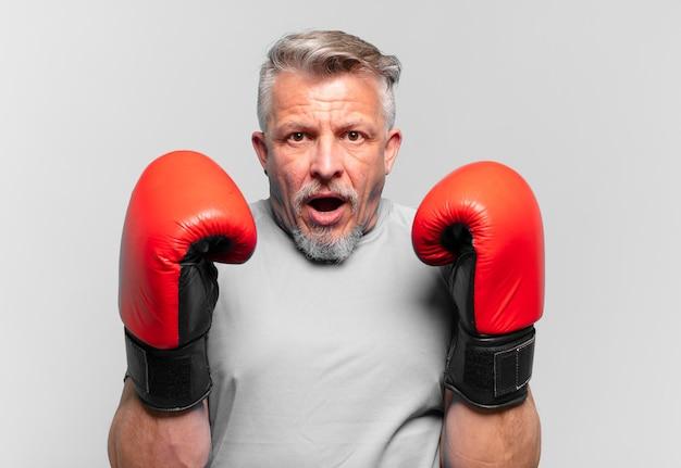 Älterer gutaussehender mann boxen