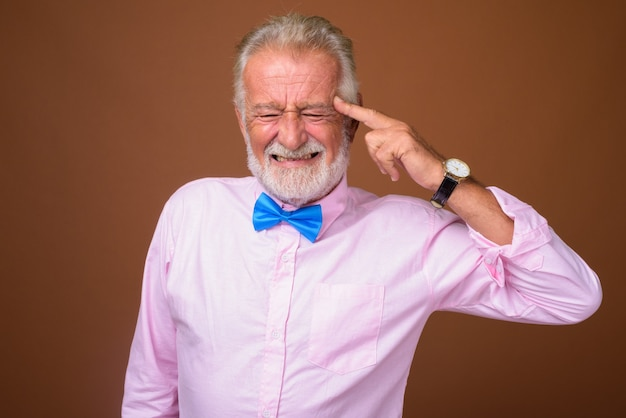 Älterer gutaussehender mann, der stilvolle kleidung trägt