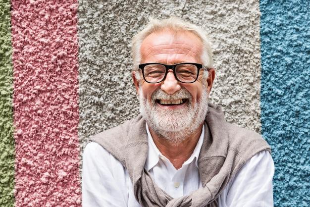 Älterer gutaussehender mann-lächelndes glück-konzept