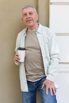 Älterer hält kaffeetasse