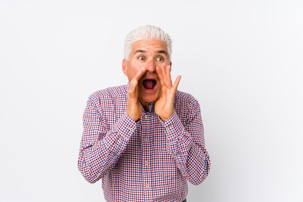 Älterer kaukasischer mann isoliert, der nach vorne aufgeregt schreit.