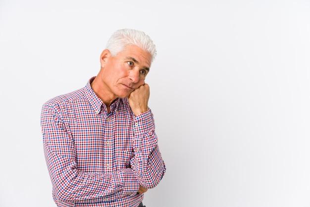 Älterer kaukasischer mann isoliert, der sich traurig und nachdenklich fühlt und kopierraum betrachtet