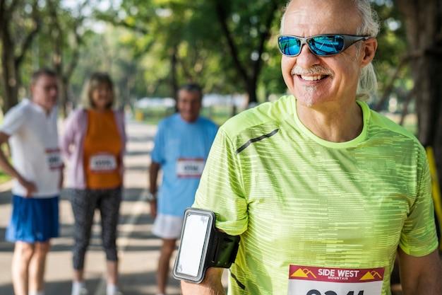Älterer läufer, der einen eignungsverfolger trägt
