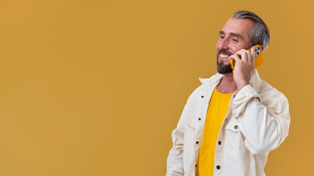 Älterer mann am telefon