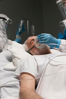 Älterer mann atmet mit einer speziellen ausrüstung breathing