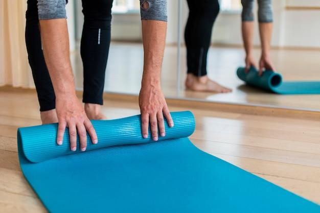 Älterer mann bereit, yoga zu üben