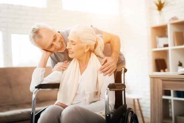 Älterer mann besucht zum pflegeheim. glücklich zusammen.