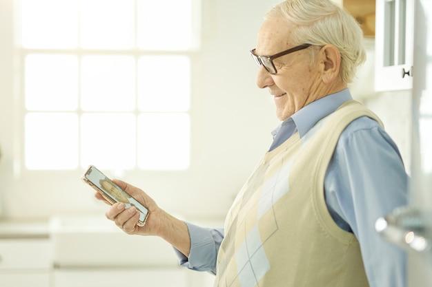 Älterer mann bleibt zu hause und konsultiert online einen arzt