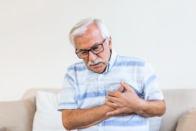 Älterer mann, der brustschmerzen leidet