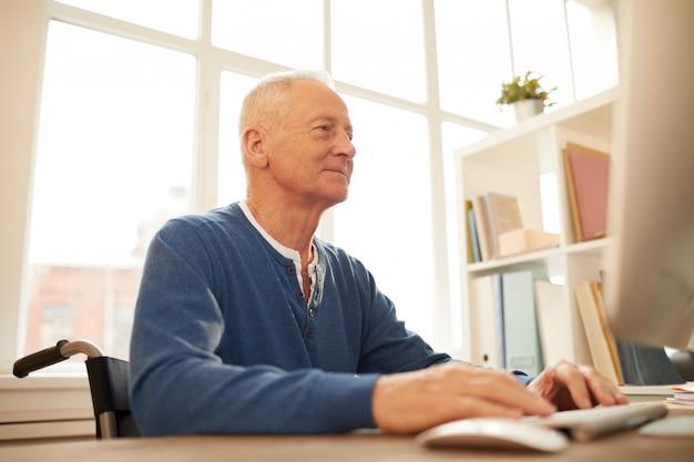 Älterer mann, der das internet benutzt