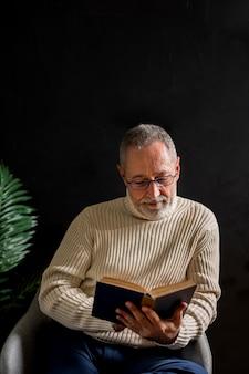 Älterer mann, der das lesen genießt