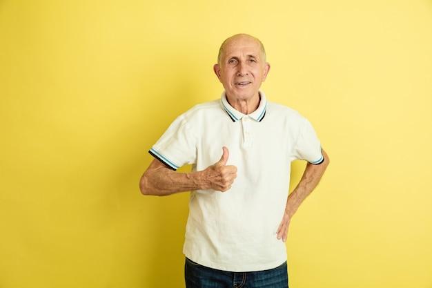 Älterer mann, der daumen oben zeigt