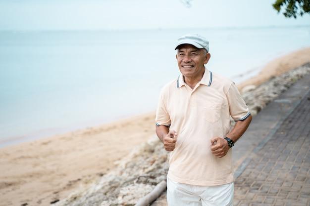 Älterer mann, der draußen läuft und trainiert
