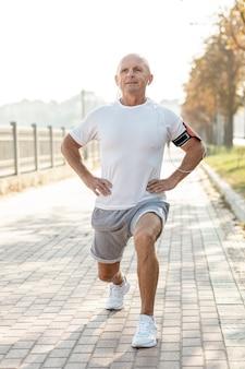 Älterer mann, der draußen übungen tut