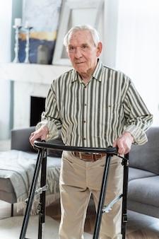 Älterer mann, der drinnen steht