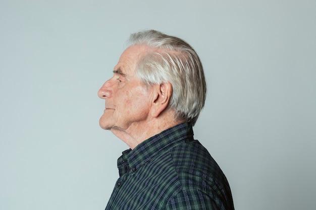 Älterer mann, der ein tartanhemd im profilbild trägt