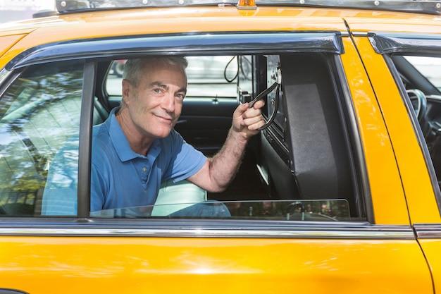 Älterer mann, der ein taxi in new york nimmt