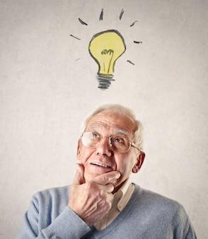 Älterer mann, der eine idee hat