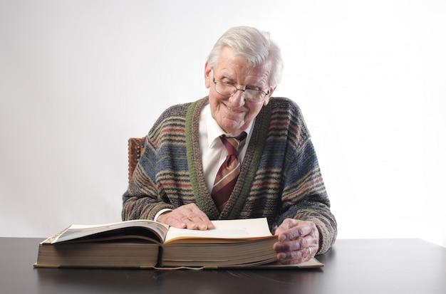 Älterer mann, der einen kodex liest