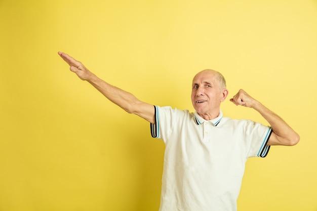Älterer mann, der erfolgreiche siegergeste macht