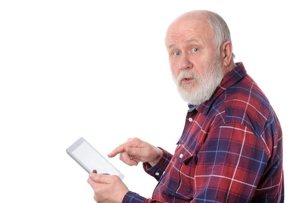 Älterer mann, der etwas am tablet-computerbildschirm lokalisiert auf weiß berührt