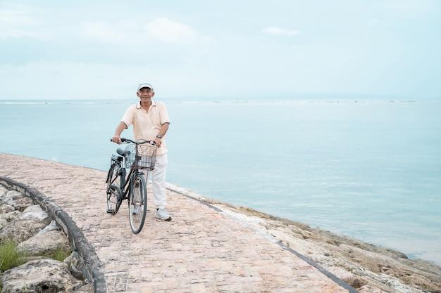 Älterer mann, der fahrrad fährt