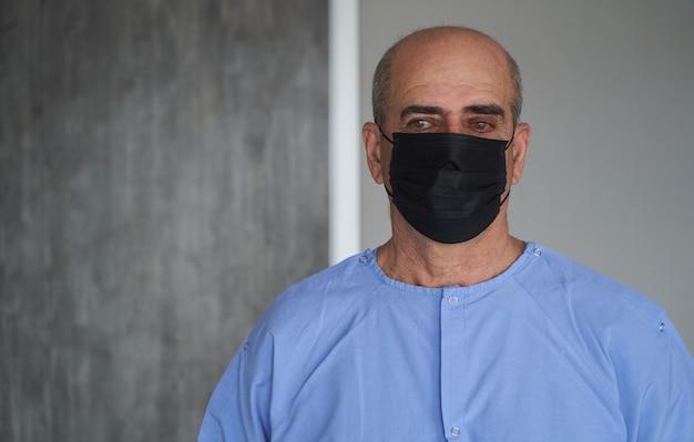 Älterer mann, der gesichtsmaske während coronavirus und grippeausbruch trägt