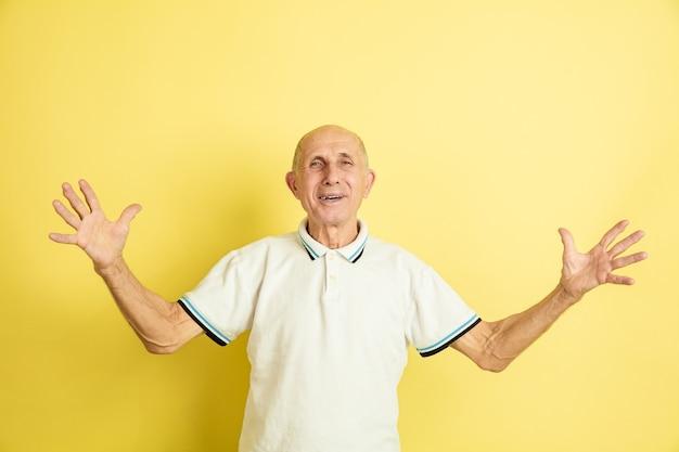 Älterer mann, der grüßt und einlädt