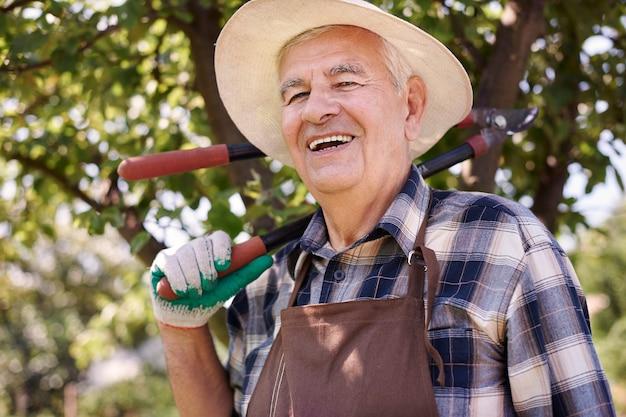 Älterer mann, der im feld arbeitet