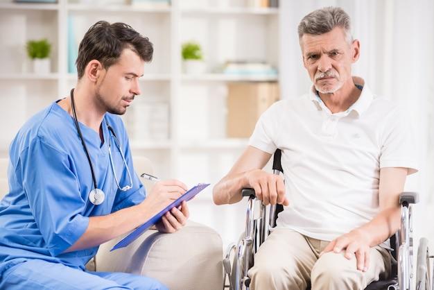 Älterer mann, der im rollstuhl in der arztpraxis sitzt.