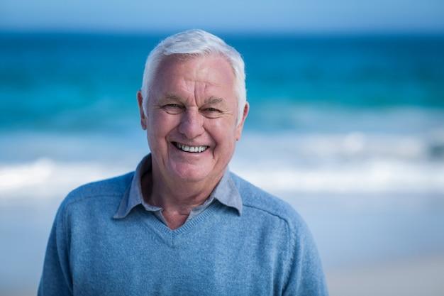 Älterer mann, der in die kamera lächelt Premium Fotos
