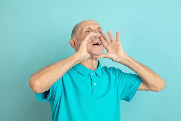 Älterer mann, der jemanden anruft