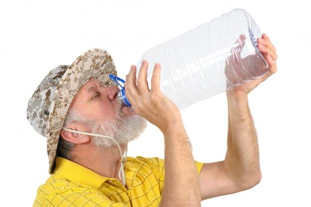 Älterer mann, der leere flasche untersucht