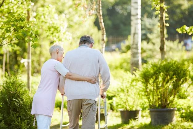 Älterer mann, der lernt, walker zu benutzen