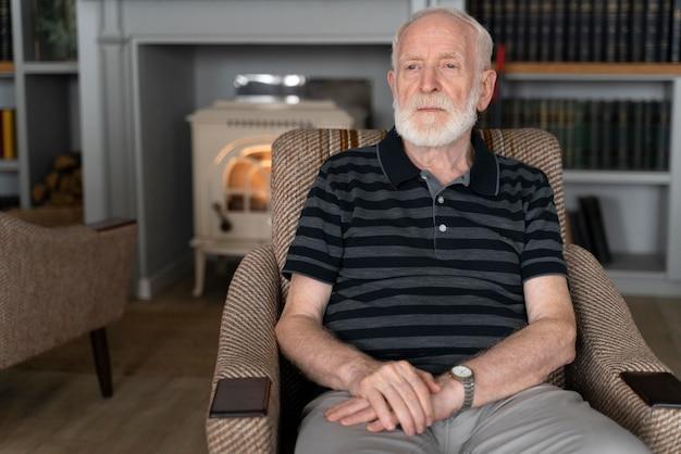 Älterer mann, der mit alzheimer konfrontiert ist