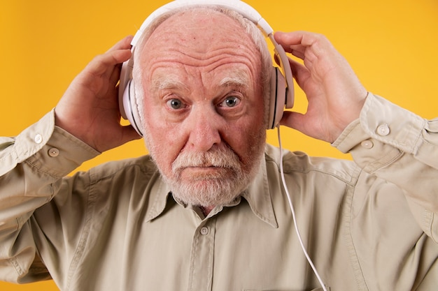 Älterer mann der nahaufnahme mit kopfhörern