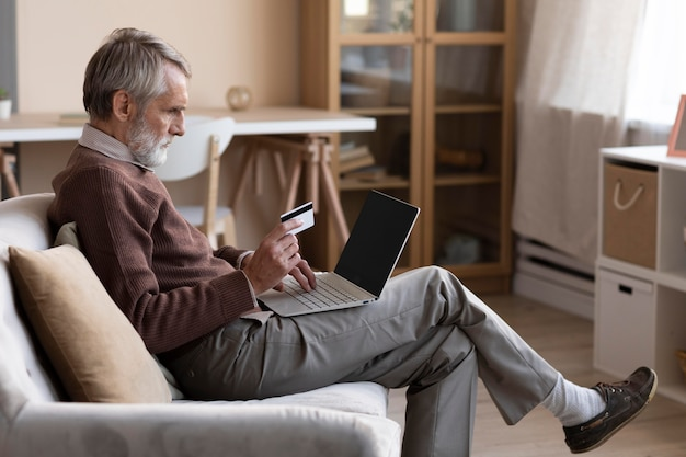 Älterer mann, der online kauft