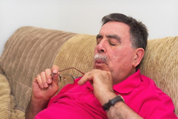 Älterer mann, der seine gläser säubert